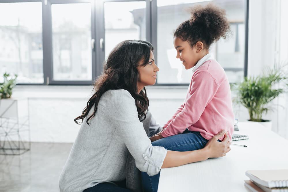 Como ajudar os filhos a desenvolverem habilidades interpessoais?